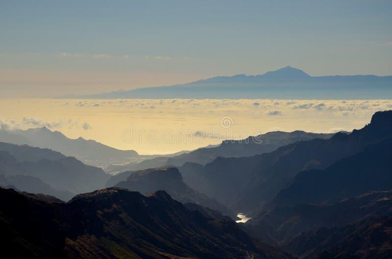 山和特内里费岛海岛剪影在背景,加那利群岛中 免版税库存照片