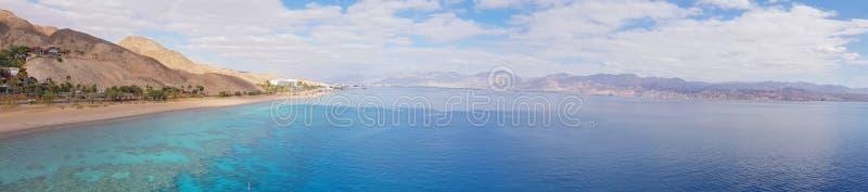 山和珊瑚礁在红海,以色列,埃拉特 横向全景 库存图片