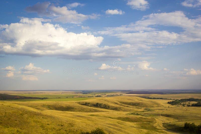 山和草甸,与山的多云天空庄严农村风景  图库摄影