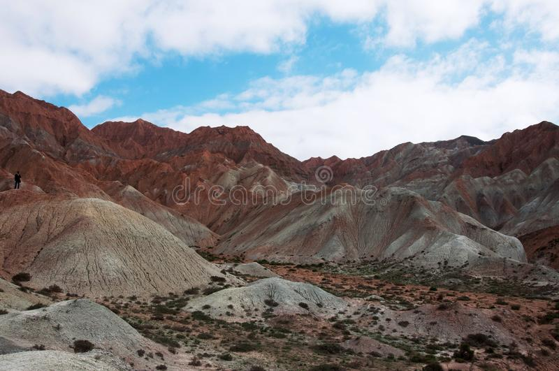 山和蓝天自然视图  库存图片