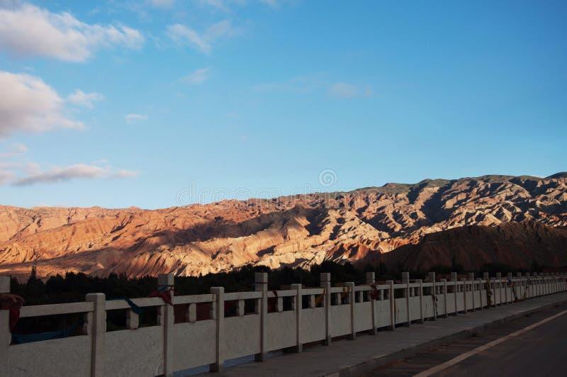 山和蓝天自然视图  免版税图库摄影