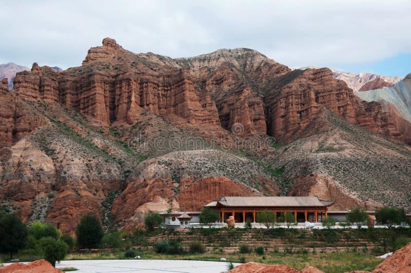 山和蓝天自然视图  图库摄影