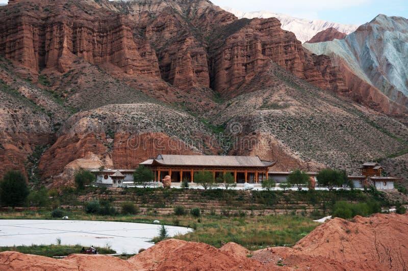 山和蓝天自然视图  免版税库存图片