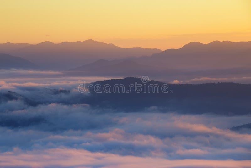 山和薄雾在早晨 免版税库存照片
