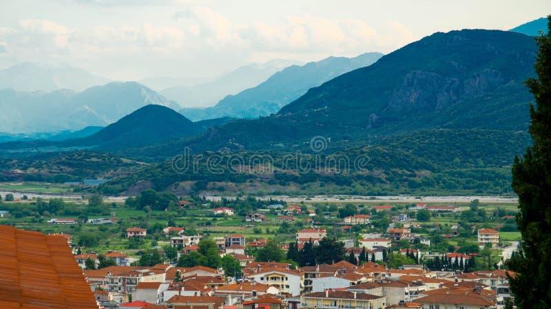 山和谷从Kalabaka镇在岩石附近与著名迈泰奥拉修道院,希腊 免版税库存照片