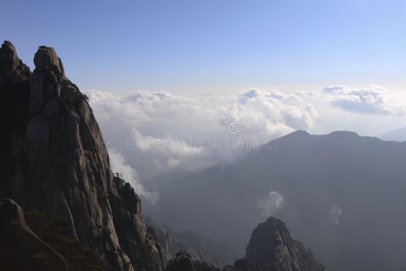 山和辗压云彩奇迹醇厚的线,在黄山在中国 库存照片