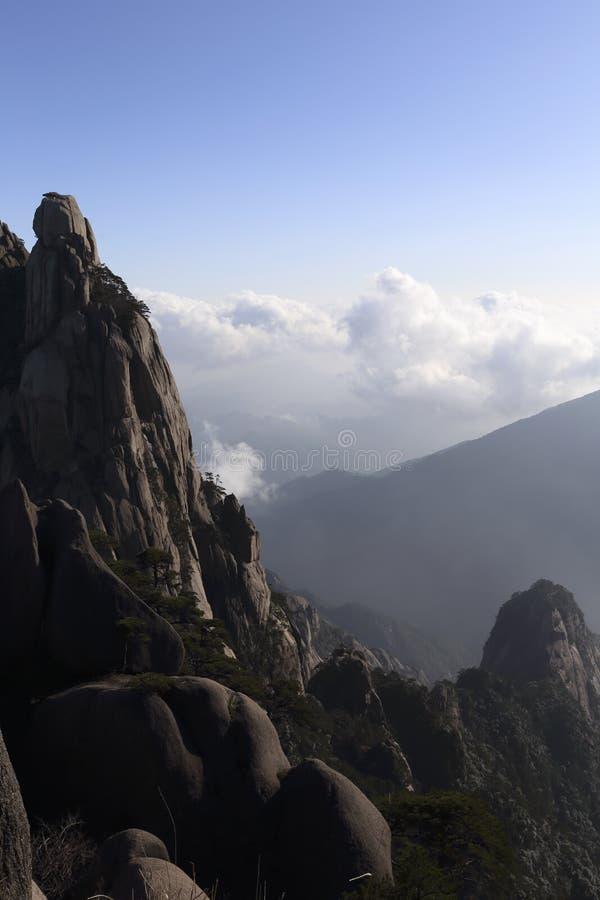 山和辗压云彩奇迹醇厚的线,在黄山在中国 图库摄影