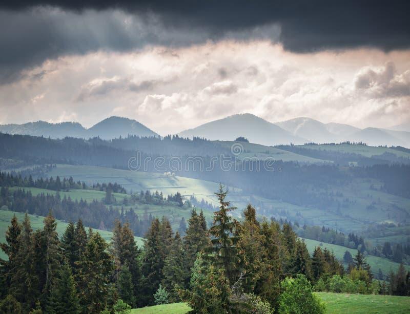 Download 山和暴风云早晨 库存照片. 图片 包括有 户外, carpathians, 横向, 土坎, 阴霾, 远程 - 72353186