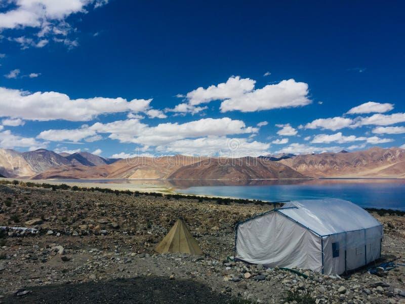 山和Pangong湖吻合风景  库存图片