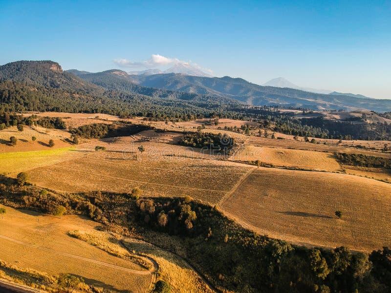 山和volcans空中照片在墨西哥城附近 免版税库存图片