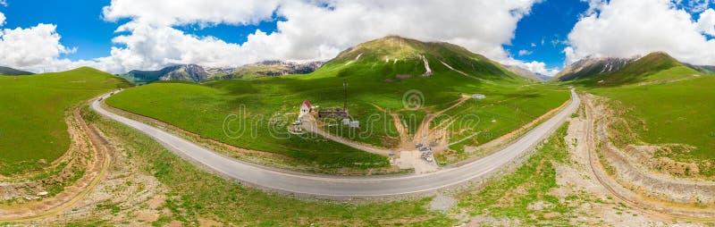 山围拢的绞的格鲁吉亚军用路使全景环境美化 库存照片