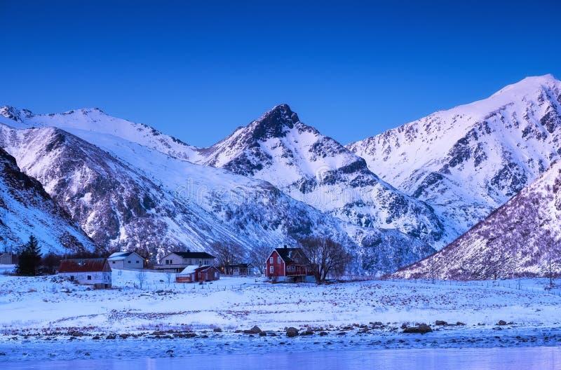 山土坎和房子,罗弗敦群岛海岛,挪威 自然风景在挪威 免版税图库摄影