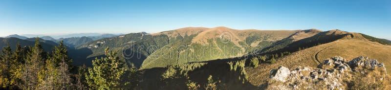 山土坎惊人的全景在蓝天下 免版税库存照片