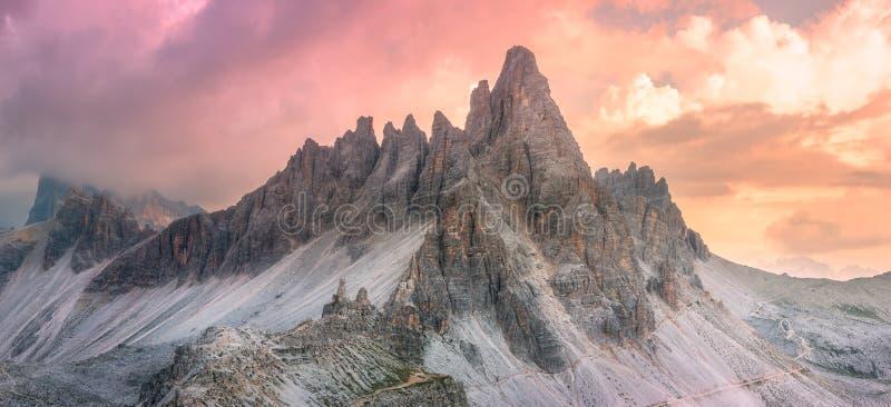 山土坎观点的Tre Cime di Lavaredo,南提洛尔,白云岩Italien阿尔卑斯 库存照片