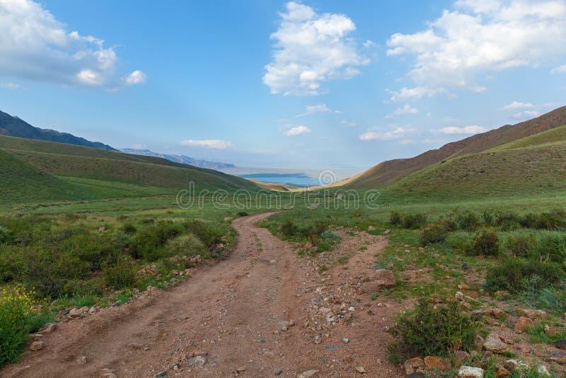 山土路向湖 库存照片