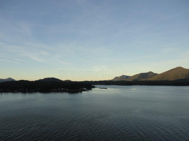 山在太平洋的被填装的天际 在段落里面的阿拉斯加 免版税库存照片