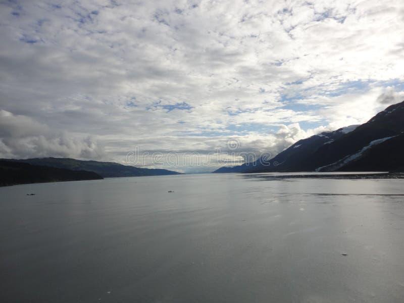 山在太平洋的被填装的天际 在段落里面的阿拉斯加 库存照片