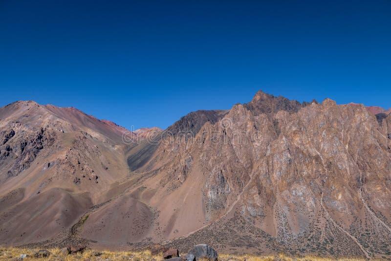 山在山脉de洛斯安第斯-门多萨省,阿根廷临近Los Penitentes在夏天 免版税图库摄影