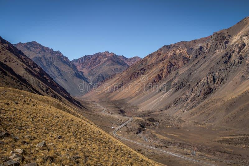 山在山脉de洛斯安第斯-门多萨省,阿根廷临近Los Penitentes在夏天 库存照片