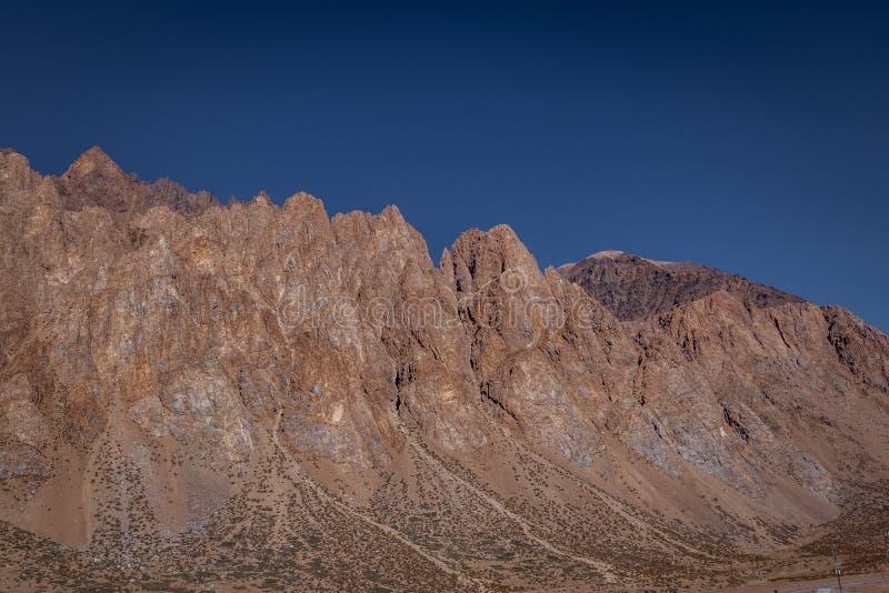 山在山脉de洛斯安第斯-门多萨省,阿根廷临近Los Penitentes在夏天 库存图片