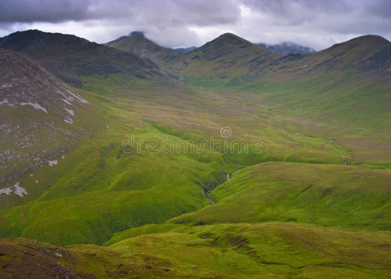 山在康尼马拉国立公园在爱尔兰 免版税库存图片