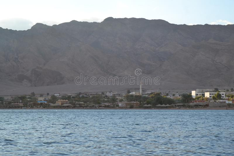 山在沿海城市上上升 库存图片
