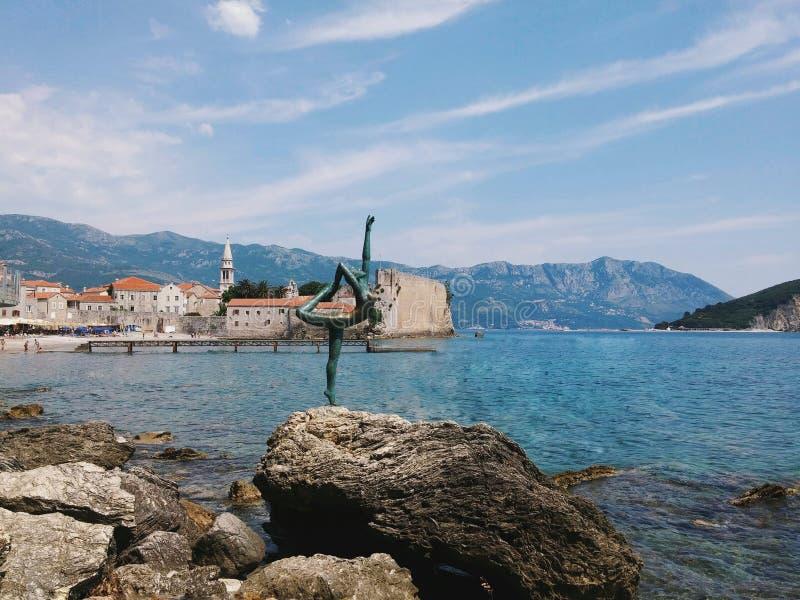 黑山在海附近的芭蕾舞女演员纪念碑 免版税库存图片