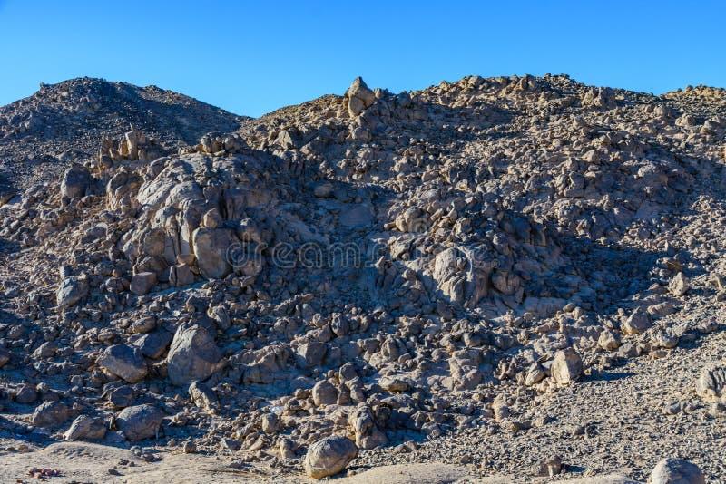 山在离洪加达市不远的阿拉伯沙漠,埃及 免版税库存照片