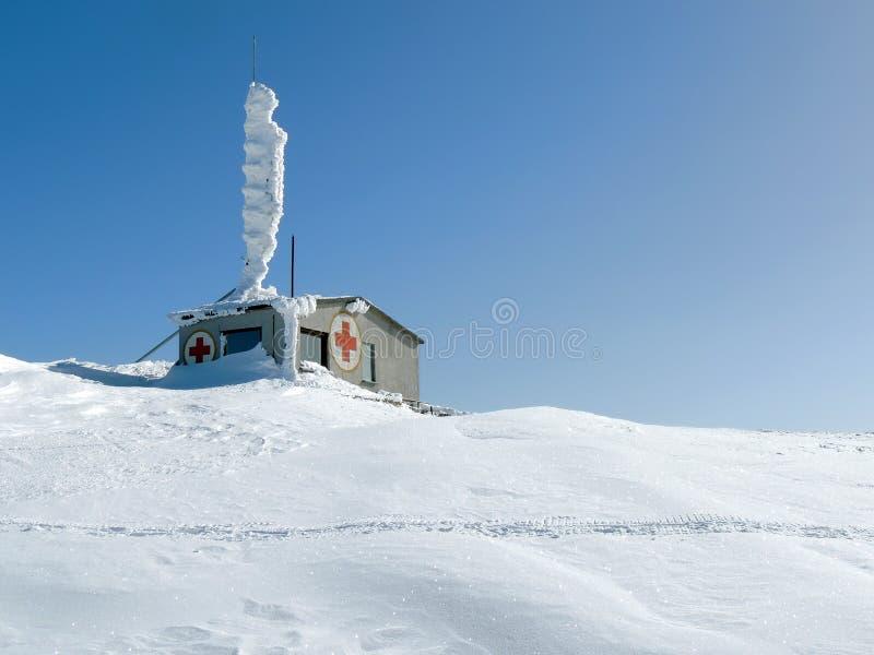 山在雪的急救工作 免版税库存照片