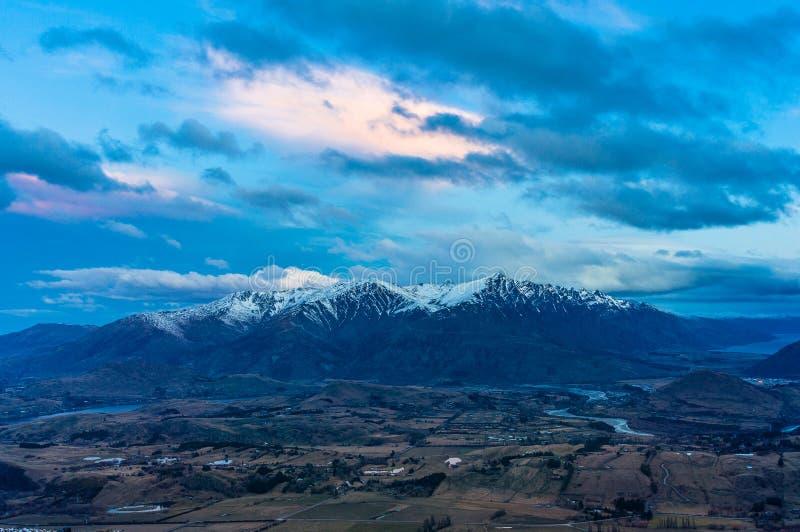 山在黄昏的谷视图 免版税库存照片