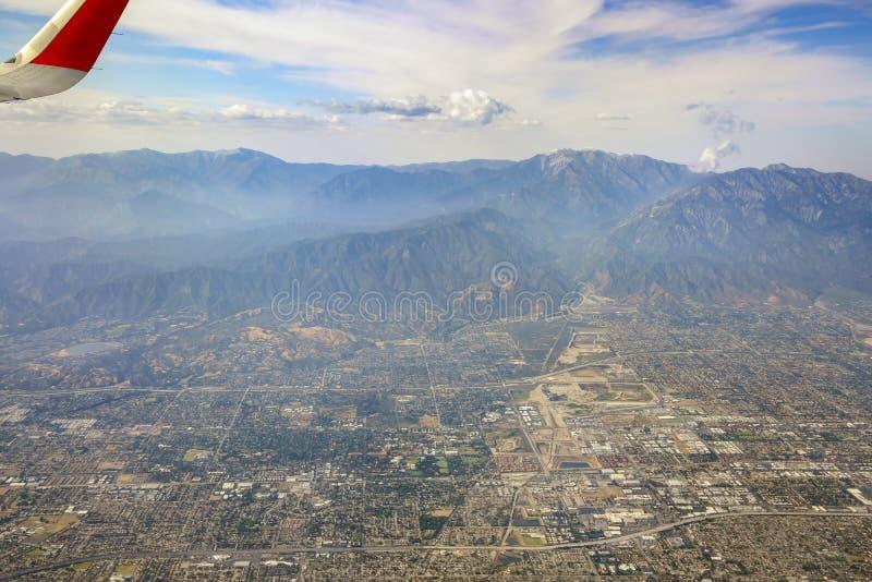 山地鸟瞰图,从靠窗座位的Claremont视图在空气 免版税库存照片