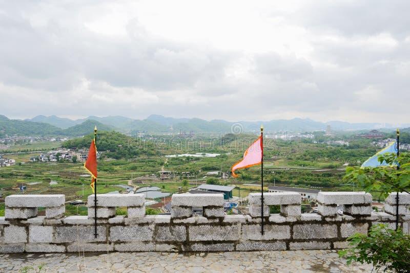 山坡与旗子的石头城垛在多云春天下午 库存图片