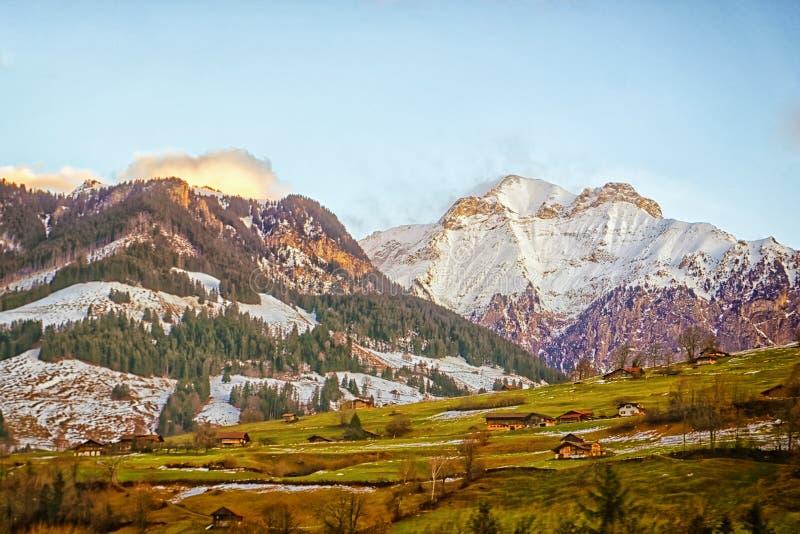 山坡的瑞士村庄在高地近的峰顶 图库摄影