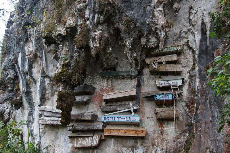 山墙壁, Sagada,吕宋,菲律宾的特写镜头图片有一些垂悬的棺材的 免版税库存照片