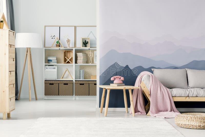 山墙纸在客厅 库存照片