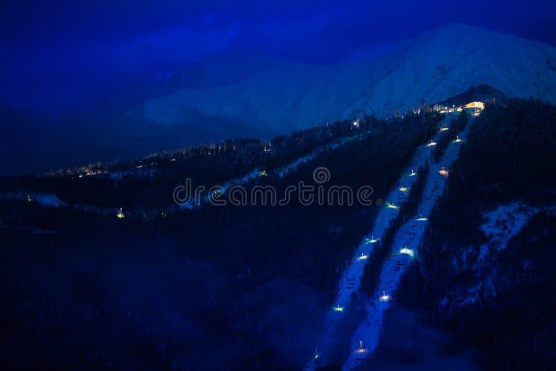 山夜视图与滑雪电缆车nd手段的 库存照片