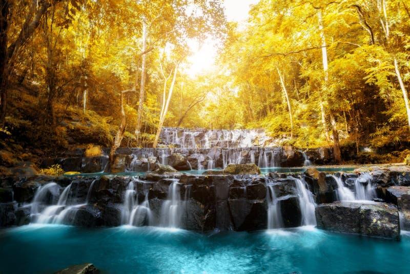 山姆Lan瀑布是美丽的瀑布在热带森林, Sar里 免版税库存图片