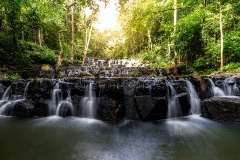 山姆Lan瀑布是美丽的瀑布在热带森林, Sar里 免版税图库摄影