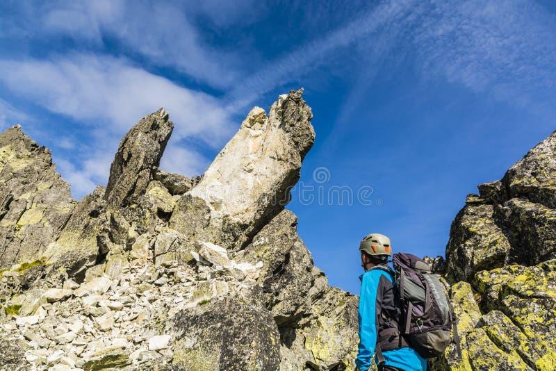 登山家同事被观察攀登岩石秋天 库存照片