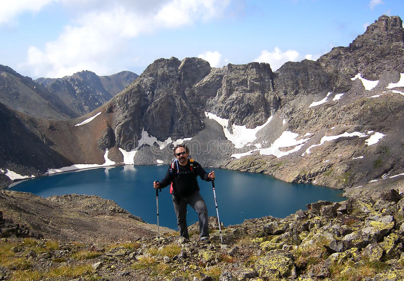 登山家和火山口湖 免版税库存图片