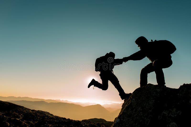 登山家帮助 免版税库存图片