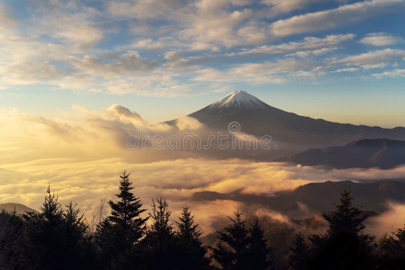 山富士鸟瞰图与早晨薄雾或雾的在日出 库存图片