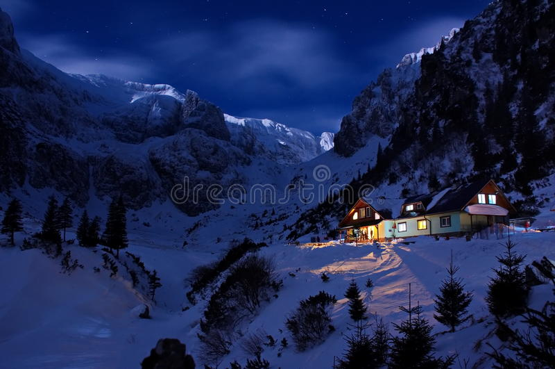 山小屋在夜之前 免版税图库摄影