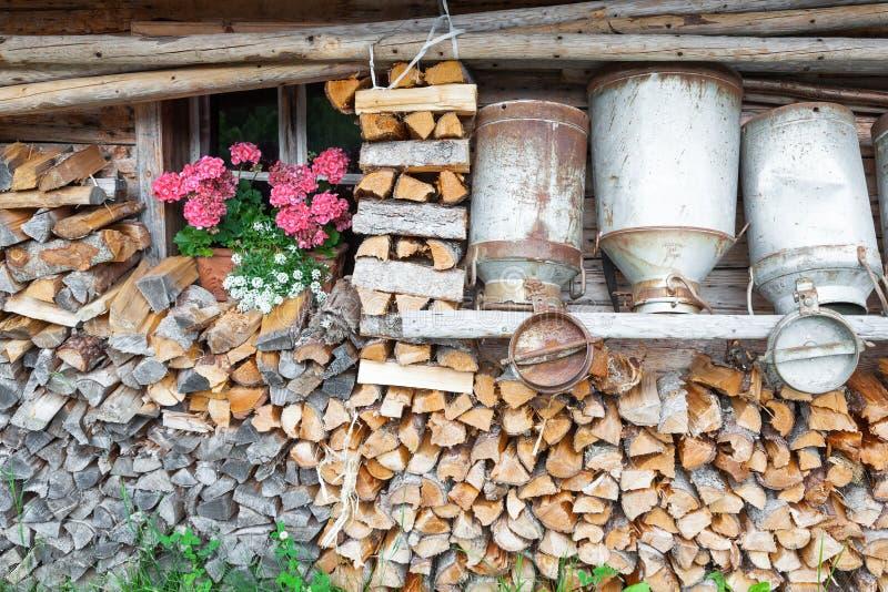 山小屋的装饰老牛奶罐头 免版税库存图片