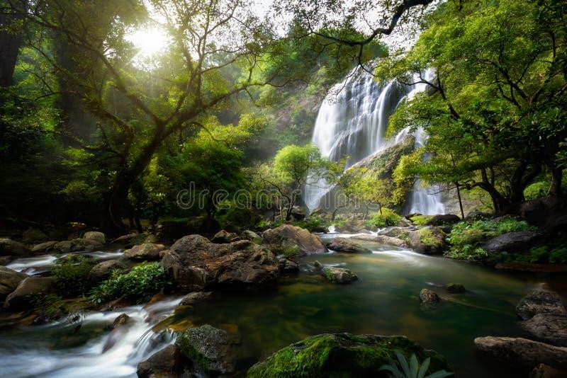 山小河和瀑布 库存照片