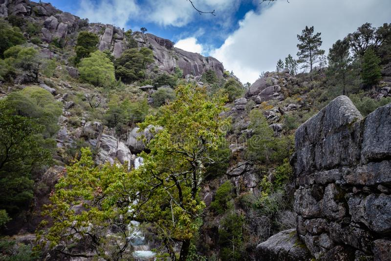 山小河在佩内达Geres,葡萄牙 库存图片