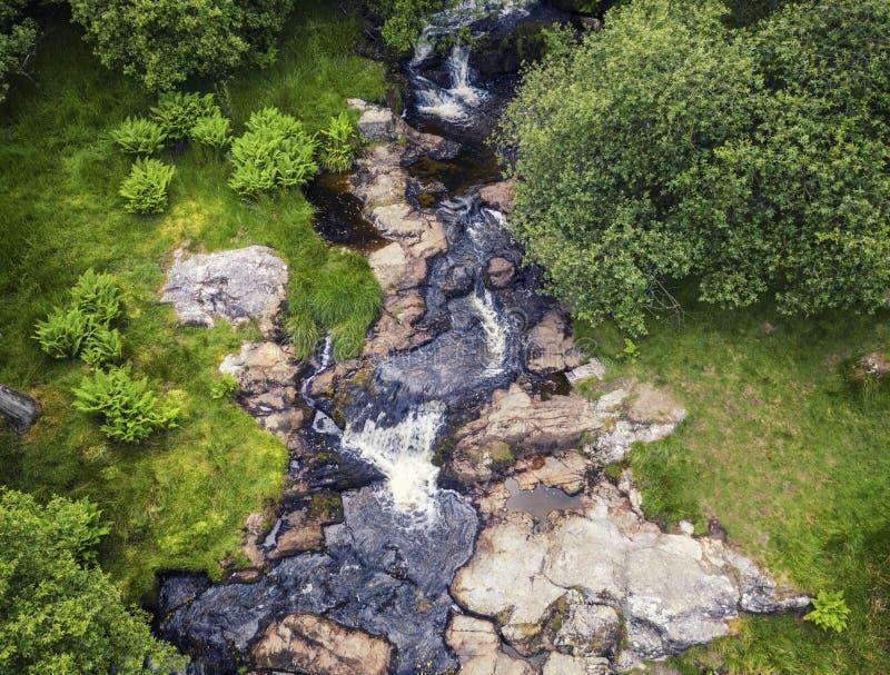 山小河的顶面下来视图在威尔士 免版税库存图片