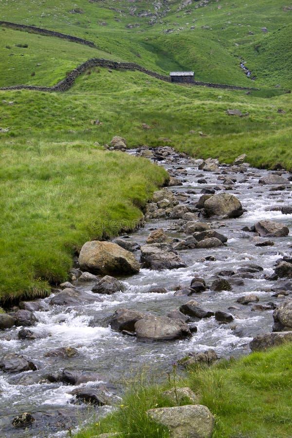 山小河,小屋,石块墙, Haweswater, Cumbria,英国 库存照片