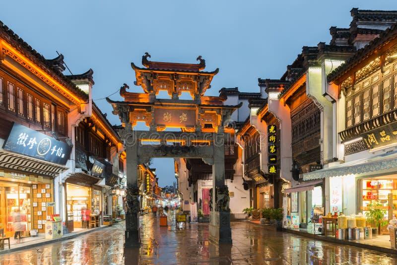黄山屯溪市,中国-老镇黄山街道和商店  库存照片