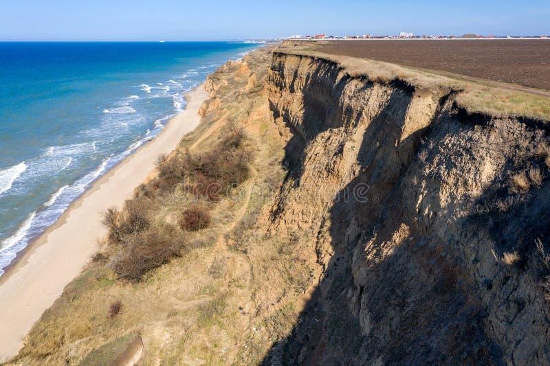 山山崩在一个环境危险区域 在地面,土大层下降的大裂缝  致命的危险在 库存照片